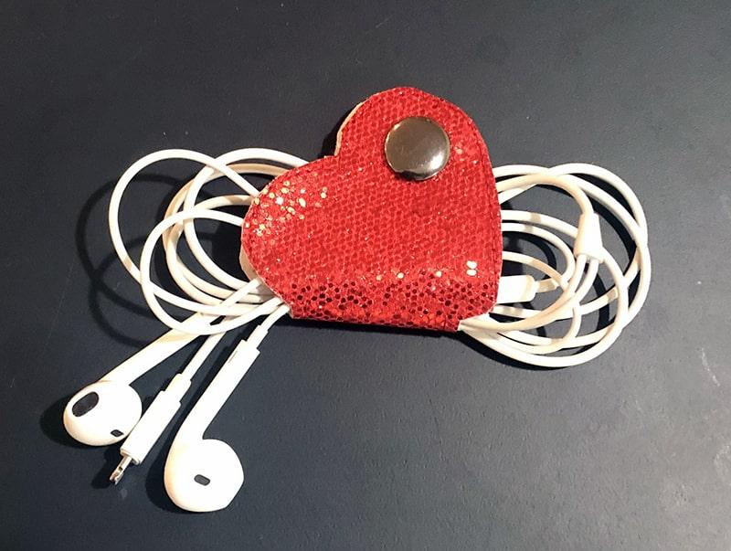 in-the-hoop heart earbud holder